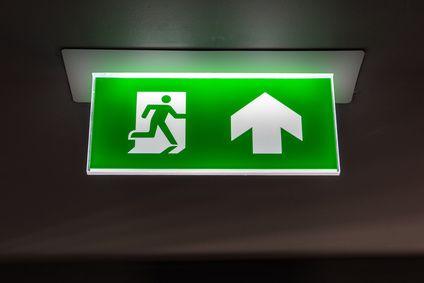 vérification BAES-signalisation-des-sorties-de-secours-au-plafond