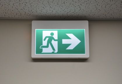 vérification BAES-signalisation-des-sorties-de-secours-contre-un-mur