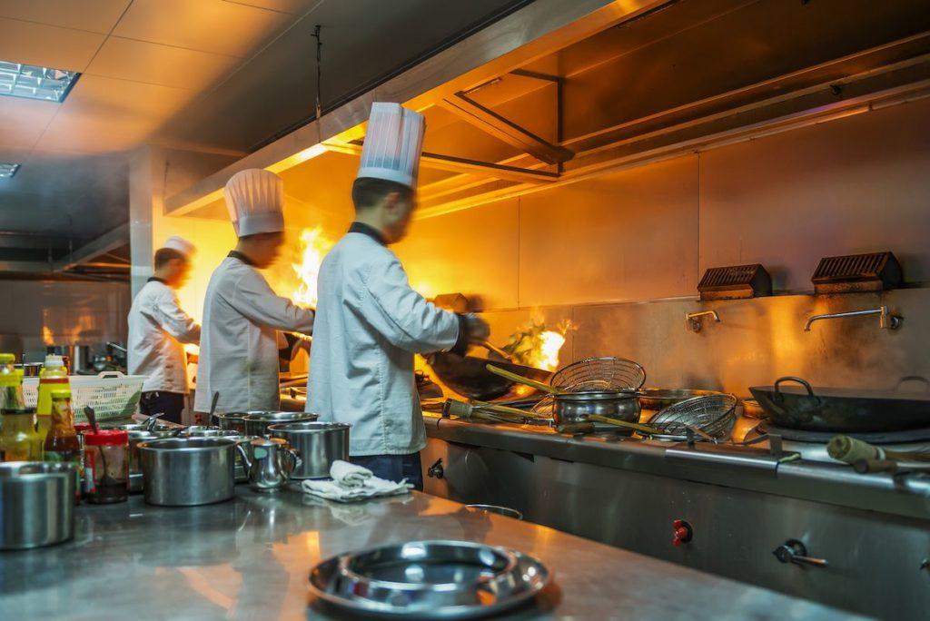 restaurant-feu-dans-une-poele