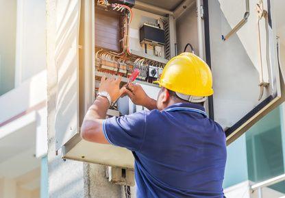 technicien vérifiant une installation électrique