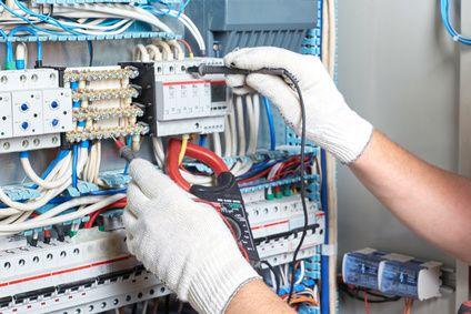 vérification électrique par un technicien