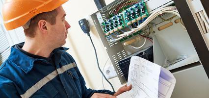 technicien vérifiant un tableau électrique