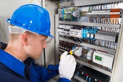 électricien testant un tableau électrique